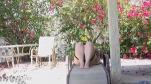 Блондинка в теле раздевается у бассейна - скриншот #11