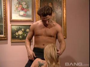 Романтичная худая блондинка трахается с охранником выставки и упивается его спермой - скриншот #8