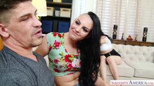 Две блядинки начали целоваться перед парнем - скриншот #2