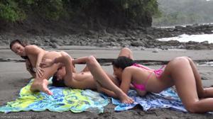 Незабываемый лесбийский секс втроем на берегу - скриншот #6