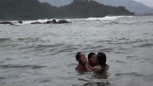 Незабываемый лесбийский секс втроем на берегу - скриншот #9