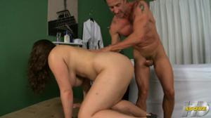 Ядреная сисястая баба ебется с массажистом у себя дома пока муж на работе - скриншот #12
