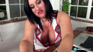 Толстая медсестра поймала психа в лесу - скриншот #4