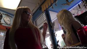 Блондинки ебутся групповухой с хуястым негром - продавцом ювелирных украшений - скриншот #1