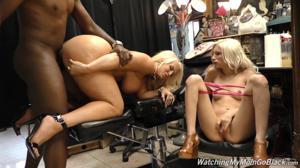 Блондинки ебутся групповухой с хуястым негром - продавцом ювелирных украшений - скриншот #11