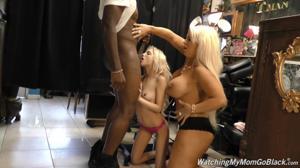 Блондинки ебутся групповухой с хуястым негром - продавцом ювелирных украшений - скриншот #7