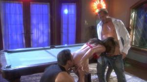Бабеха склеила двух мужчин и отдалась им на бильярдном столе - скриншот #3