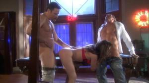 Бабеха склеила двух мужчин и отдалась им на бильярдном столе - скриншот #5