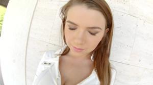 Марина Висконти показывает натуральную грудь - скриншот #7