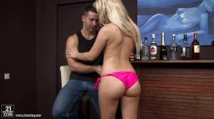 Блондинка дала в очко по пьяни - скриншот #2