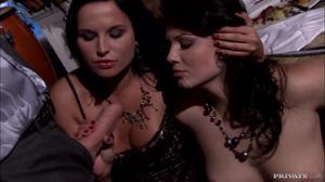 Уединившись с мужчиной две знатные шалавы пососали у него - скриншот #18