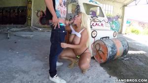 Блонда с сиськами и задницей ебется в заброшенном здании - скриншот #7