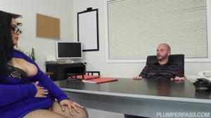 Жирная ебется с боссом в его кабинете - скриншот #6