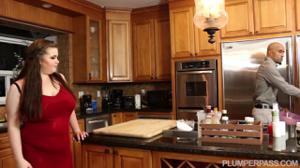 Мулат натягивает пухлую на кухне - скриншот #1