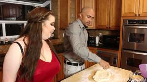 Мулат натягивает пухлую на кухне - скриншот #2