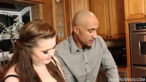 Мулат натягивает пухлую на кухне - скриншот #3