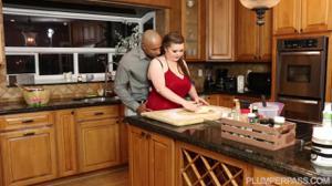 Мулат натягивает пухлую на кухне - скриншот #4