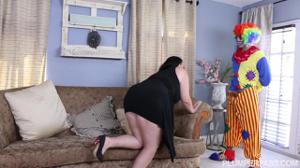 Толстенькая брюнетка развлекается с клоуном - скриншот #2