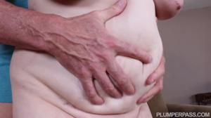 Толстуха разделась перед пожилым мужчиной - скриншот #11
