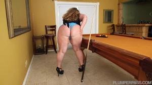 Негр дрюкает жируху на бильярдном столе - скриншот #1