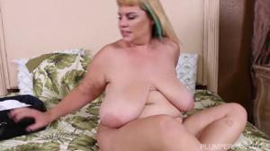 Толстая зрелка с большой грудью и неухоженной пиздой дает соседу - скриншот #15