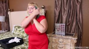 Толстая зрелка с большой грудью и неухоженной пиздой дает соседу - скриншот #4