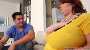 Парень бесстрашно пришел в гости к толстой - скриншот #3