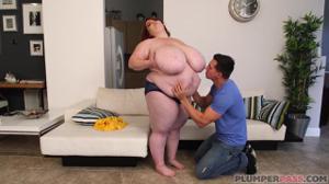 Парень бесстрашно пришел в гости к толстой - скриншот #5