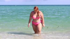Мачо пригласил толстуху с пляжа поплавать в его бассейне - скриншот #1