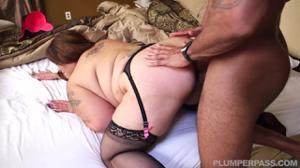 Толстая азиатка пробует хуй негритоса - скриншот #12