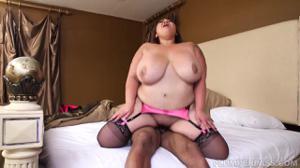 Толстая азиатка пробует хуй негритоса - скриншот #17