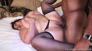 Толстая азиатка пробует хуй негритоса - скриншот #19