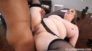 Толстая женщина директор не смогла сдержаться перед мачо - скриншот #12