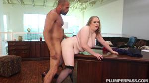 Толстая женщина директор не смогла сдержаться перед мачо - скриншот #15