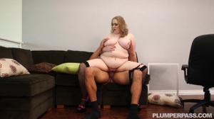 Толстая женщина директор не смогла сдержаться перед мачо - скриншот #18