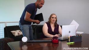 Толстая женщина директор не смогла сдержаться перед мачо - скриншот #2