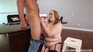 Толстая женщина директор не смогла сдержаться перед мачо - скриншот #9