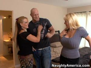 Лысый сосед с большегрудыми бисексуалками получает гармонию блаженства - скриншот #2