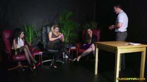 Две бляди учат третью сосать хуй - скриншот #3
