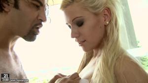Испанец после анилингуса классно выебал блондинку в очко - скриншот #11