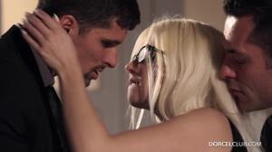 Ухоженная блондинка обслужила двоих бизнесменов - скриншот #2