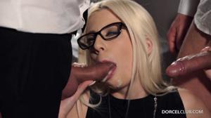 Ухоженная блондинка обслужила двоих бизнесменов - скриншот #21