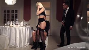 Ухоженная блондинка обслужила двоих бизнесменов - скриншот #5