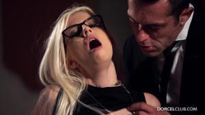 Ухоженная блондинка обслужила двоих бизнесменов - скриншот #8