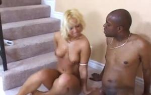 Блонда негру в попу отдалась и спермы его попила - скриншот #15