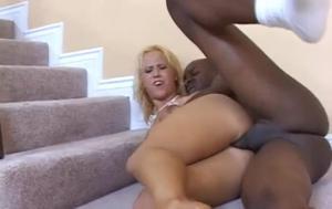 Блонда негру в попу отдалась и спермы его попила - скриншот #16