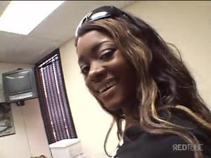 Негритянка демонстрирует навыки орального секса - скриншот #2