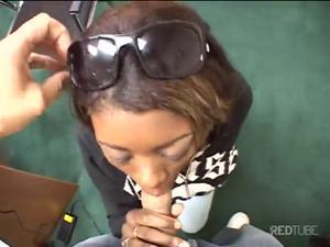 Негритянка демонстрирует навыки орального секса - скриншот #3