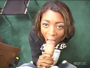 Негритянка демонстрирует навыки орального секса - скриншот #5
