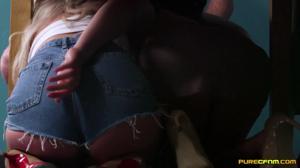 Мама отвернулась, и дочь с подружкой отсосали под столом у мужа зрелки - скриншот #11